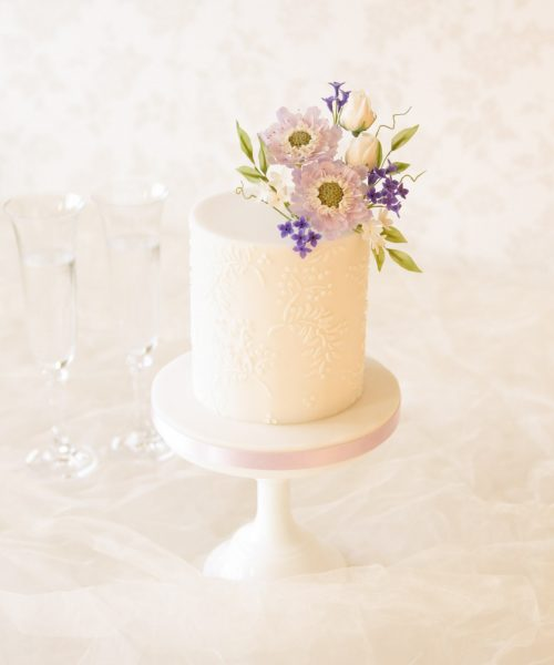 cake maker in milton keynes single tier white wedding cake with lavender scabious flowers